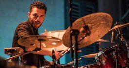 Paolo, che fa vibrare la batteria per Roy Paci