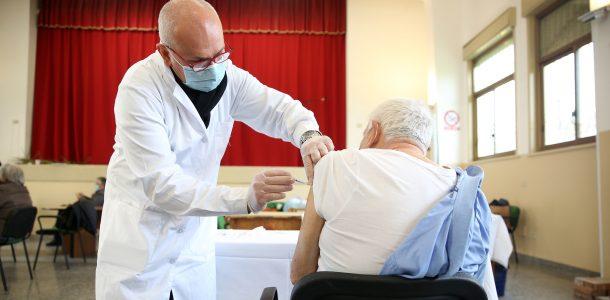 Vaccini, gli over-80 non rispondono. Il piano della Regione